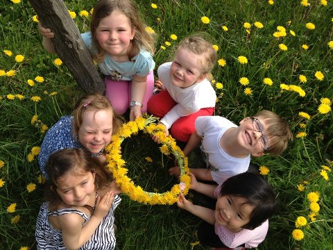 SOM EI SOL: Kransen til Mira (f.v.), Synne, Amalie, Maria, Leander og Helene i Skattekisten barnehage ble rund og gul som sola.