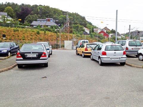 Fire biler sto parkert i en sving i kjøreområdet.