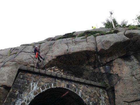 Jernbaneverket skal i helga blant annet fjerne løse steiner over tunnelåpningen i Sirevåg.