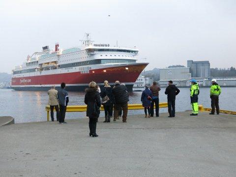 """I morges la """"Bergensfjord"""" til kai i Egersund. Skipet ble hilst velkommen av mange rederiansatte i Fjord Line."""
