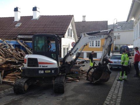 Et lite bolighus i Egersund sentrum ble revet torsdag etter at kommunen hadde pålagt sikring av det falleferdige bygget.
