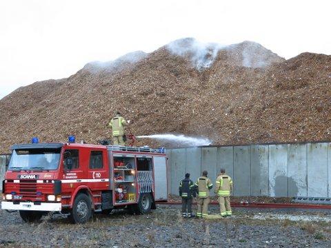 Det er røykutvikling i flisehaugen ved Kaupanes.