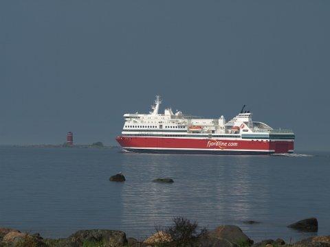 Fjord Line fikk fredag overlevert cruiseferjen som er blitt bygget om hos STX i Raumo i Finland. Fredag 20. juni starter seilingene på den nye linjen mellom Sandefjord og Strømstad.
