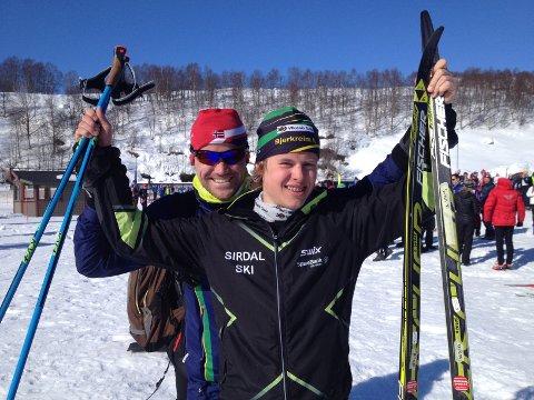 Svein Odland kunne juble for en flott prestasjon i skiløypa. Bak ham står hjelpesmører Bjørn Sundvor.