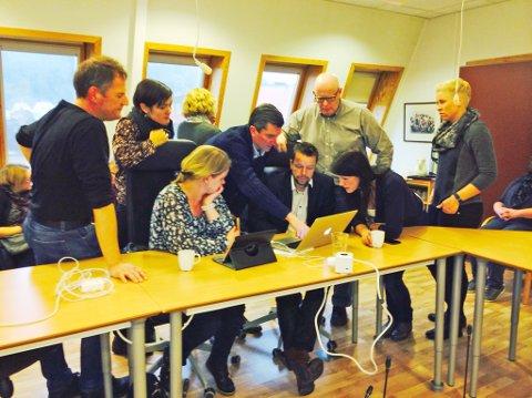 Formannskapet diskuterer omorganiseringen. Fra venstre: Frank Emil Moen (Ap), Unn Therese Omdal (Ap), Bente Skåra Gunvaldsen (KrF), Odd Stangeland (Ap), Morten Haug (KrF), Arne Stapnes (H) og Ruth Evy Berglyd (Sp).