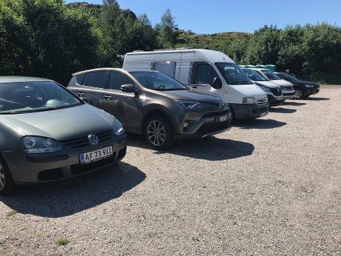 FRA FLERE LAND: Utenlandske biler på rekke og ras på parkeringsplassen for de som gjester Trollpikken. Da dette bildet ble tatt i juni i fjor var fem nasjoner representert.