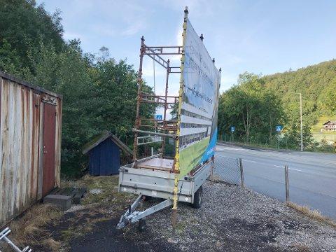 IKKE SÅÅÅÅ MOBIL: Fremskrittspartiets reklameplakat i Jernbaneveien er ok fordi den er mobil, sier partiets leder. Vegvesenet er uenig.