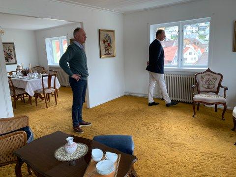 LAGT UT FOR SALG: eier Dag Marcus Roberg Egaas (t.v.) og megler Sverre C. Bertelsen på befaring i Roberghuset. Bygget, som har et bruksareal på 742 kvadratmeter, vil koste den eller de som kjøper det, over 30.000 kroner måneden i faste utgifter.