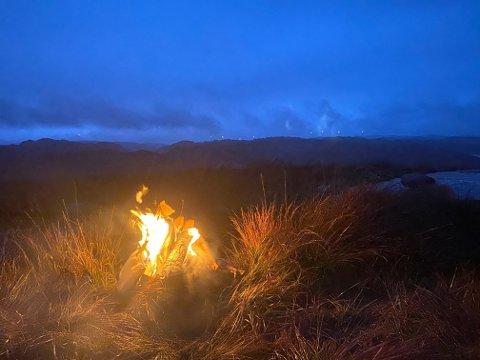 LYSTE OPP: Bygeværet til tross. Torsdag tente aksjonsgruppa Motvind sine vardebål i protest mot vindkraftutbygging. Bilder er fra bålet på Faurefjell i Bjerkreim.