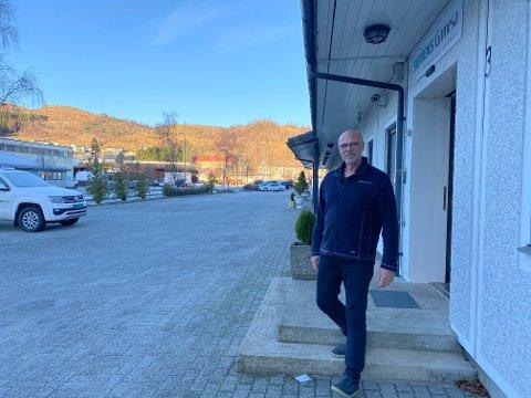 """VINDKRAFT I """"BANKEN"""": Johannes Schmidt har tittelen site manager for Siemens Gamesa på Vikeså. Ved kontoret i dei tidlegare banklokala i Malerens bygg er det for tida ti tilsette. Neste år reknar Schmidt med at det blir nødvendig å oppbemanna. Vis a vis kontorlokala på Vikeså ligg hovudlageret som betener vindparkane Bjerkreim, Stigafjellet, Egersund, Tellenes og Tonstad, snart også Måkaknuten."""