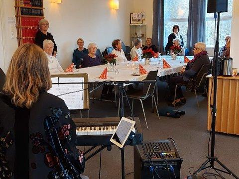 """FØRJULSGLEDE: På Hellvik blei det før jul arrangert """"Middag for alle"""", eit arrangement som har lege nede sidan korona starta."""