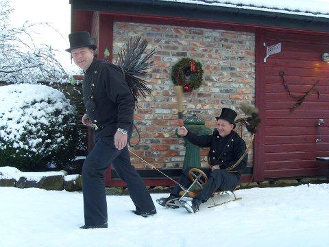 FORTERE, BJØRN! Her er feier Skadberg ute på tur med feiermester Ege.