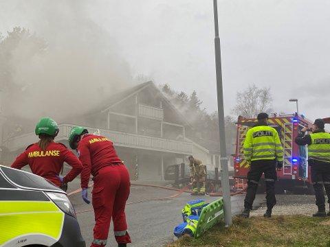 STORE SKADAR: Flammane fekk godt tak i huset, og røykutviklinga var kraftig.