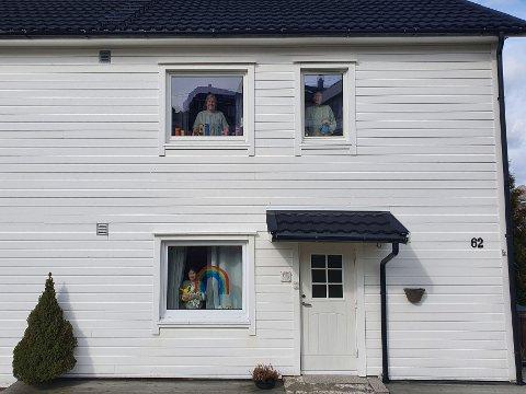 TRE GENERASJONER MED BAMSER: Astri Sviggum med bamsene hun har laget oppe til venstre, Brit Sviggum til høyre og Tuva Ayse Sviggum Koconoglu nede i vinduet med bamse og regnbue.