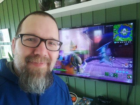 TENKER NYTT: Fra hjemmekontoret i stua si styrer lærer Kristian Nygård Digre netturneringen i Fortnite og Pubg. Turneringen har som mål å samle inn penger til Strømmestiftelsen.