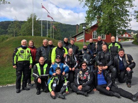 STILLER OPP: Medlemmene i Egersund MC-klubb oppfodrer folk til å ta oppstilling langs ruta når motorsykkelkortesjen kjører gjennom Egersund.