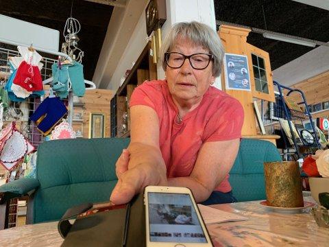 GI, MEN IKKE TIL ALLE DØGNETS TIDER: Gerd Aashild Leidland jobber som frivillig ved NMS-butikken og sitter også i styret. Hun trives på jobb, men liker ikke at de må rydde opp i og kvitte seg med andres søppel. På mobilen har hun bilder av varer som folk har satt fra seg utenfor butikken. - Vær så snill og lever varer på mandag og tirsdager. Da står vi parat til å ta imot, sier hun.