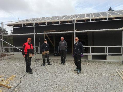 DRIFTIGE MENN: Byggeleder Einar Tønnessen, Ole Kolstø, Erik Torgersen og Ove Randen, i tillegg til Edmund Ualand som ikke var tilstede da bildet ble tatt, har hatt hovedansvaret for den nye garasjen.