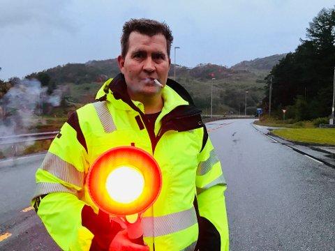 STOPP DER: Slik har mange møtt Rolf Asle Svela det siste drøye året. Med base på Krossmoen har han vært med som trafikkdirigent under vindmølletransportene fra Egersund helt siden slutten av mai i 2019.