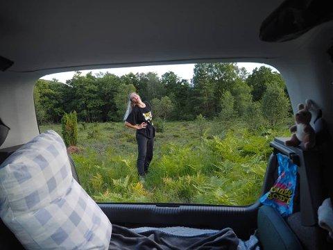 CAMPER I BIL: Karin Grastveit Jakobsen er veldig glad i naturen, og synes det har gått veldig fint å campe i bil på turene sine.