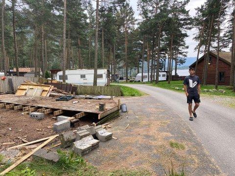 TID FOR OPPBROT: Gjermund Vassbø har sagt opp kontraktane med alle som har leigt heilårsplass på Veen gardscamping.  Nå er dei rundt 65 leigetakarane i ferd med å riva og rigga ned spikartelt, terrassar og andre installasjonar.