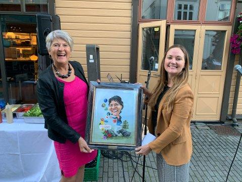 PRISVINNER: Bodil Heskestad (t.v) fikk overrakt et bilde laget av Siv Grethe Bøhn-Pettersen av DT-redaktør Alise Lea Tiller.