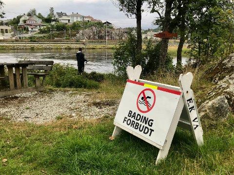 """HOLD DEG TØRR: Bading forbudt-skilt ble satt opp ved badeplassene på Eie etter en """"ekstremmåling"""" av fosfor i elva."""