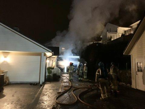TOTALSKADD: To biler ble ødelagt da det mandag morgen oppsto brann i en garasje i Egersund.