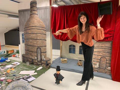 JUBILEUMSFORESTILLING: Siv Grethe Bøhn-Pettersen lager dukketeater i forbindelse med fayansemuseets 200- årsjubileum siden Johan Feyer ble født.