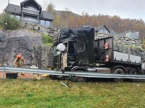 ULYKKE: En semitrailer kjørte inn i en fjellvegg. Ifølge politiet fremstår sjåføren som lettere skadd.