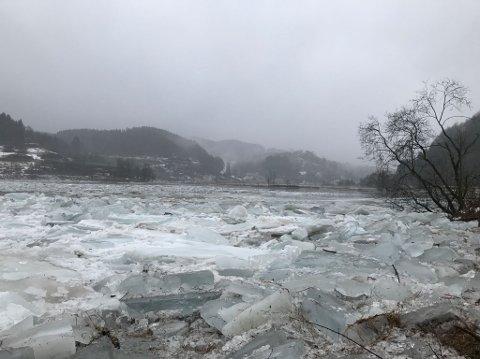 KAN LØSNE NÅR SOM HELST: Oppsamlinger av is i Hellelandsvassdraget skaper propper på to steder.