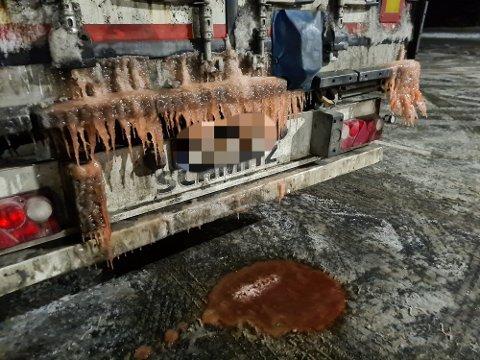 UGREIT: Flere vogntog ble holdt igjen på Krossmoen på grunn av avrenninger fra lasten.