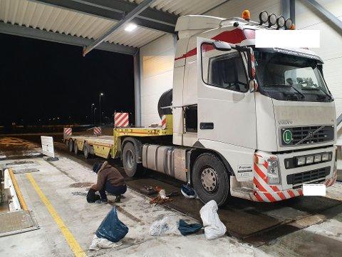 DEKK- OG LASTEFEIL: Tre tungbiler manglet vinterdekk, mens andre måtte sikre last før de fikk kjøre videre. Én sjåfør ble anmeldt for å ha ført tungbil uten å ha tilstrekkelig kompetanse.