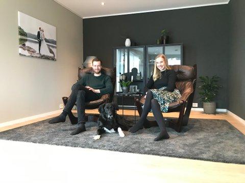 PÅ PLASS: Jon Anders og Tonje har funnet seg til rette i det nye huset på Hellvik. Stolene er kjøpt brukt og er ifølge dem bedre enn sofaen.