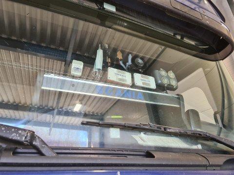 FORSTYRRET SIKTEN: Statens vegvesen ga bruksforbud til sjåføren som kjørte rundt med disse gjenstandene i vinduet.