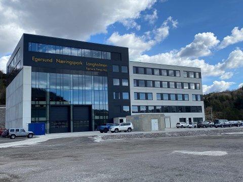 GOD PLASS, TILGANG TIL SJØ OG FIN UTSIKT: Næringsbygget til Egersund Næringspark Langholmen består av 8.400 kvadratmeter med kontorplass, verkstad og lager.