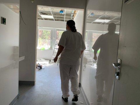 HELT NYTT: To enerom har fått en solid oppgradering til smitteisolat. - Det er sluser inn på hvert rom, eget bad,  og blant annet innlagt medisinsk oksygen, forteller Wenche Høghaug. Rommene kan blant annet ta imot koronapasienter-