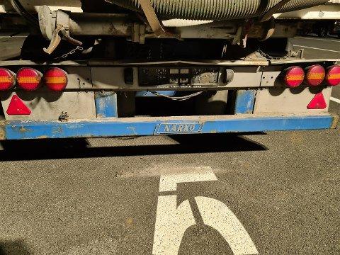 MINUS SKILT: Dette kjøretøyet hadde ikke gjennomført de periodiske kontrollene. Da tok kontrollørene fra Vegvesenet skiltet.
