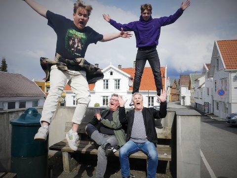 """PÅ TVERS AV GENERASJONER: For 30 år siden havnet Show Chow-sangen """"Eg e liga gla"""" på topplisten i Norge. Øystein Ellingsen og Sven Arne Petterson, er stolte over at den yngre generasjonen, representert av Eirik Zakariassen (20) (til venstre i luften) og Mikal Haugeland (20), nå vil sette sitt preg på den."""