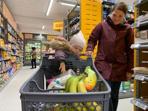 GODT UTVALG: Marianne Apeland Løvåsen med datteren Sara (1) la helgehandelen til den nye Coop Prix-butikken på Bjerkreim.