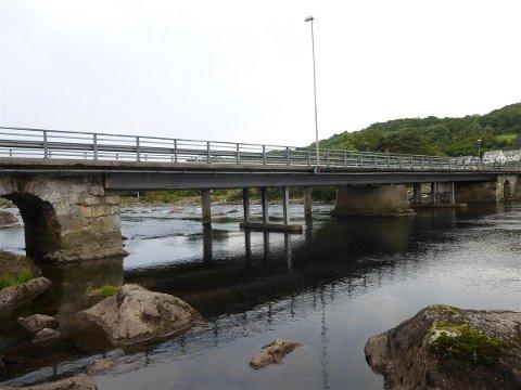 TRENGER REPARASJON: Det skal den neste tida støypes rundt en av pilarene som står i elva. Hensikten er å forsterke og reparere eldre skader som har oppstått i forbindelse med høy vannføring og flom.