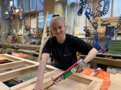 TRIVES: 21-åringen liker å jobbe med hendene sine og skape noe. - Her, hos Hovland Trevarefabrikk, trives jeg, sier hun.