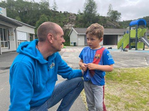 FÅR NY SJEF: Adrian Halvorsen (4) veit at Alex skal slutta i Storafjellet barnehage. Det synest dei begge er ganske trist. Men dei er einige om at Ellen (Gåsland - red. anm.) blir ei god erstatning.