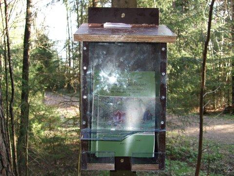 Kassene som er satt ut i skogen med brosjyrer om Hamborgstrømskogen er ødelagt og noen revet ned. - Rent hærverk, sier Hamborgstrømskogens venner.