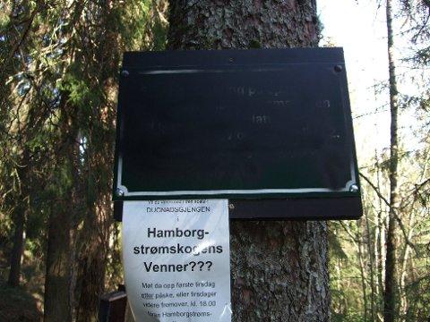 Skiltene i Hamborgstrømskogen er dekket med svartmaling. - Rent hærverk, sier Hamborgstrømskogens venner.