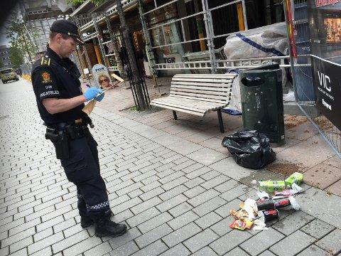 Det var i denne søppelkassen at politiet fant en pepperspray-boks. Politiet mistenker at det er den samme som ble brukt under urmakerranet. FOTO: FREDERIK RINGNES
