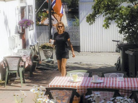IDYLL: Med sine blomster, sine rødrutete duker, sin vennlige atmosfære og sin nonchalante stil gir Cafe Bjørge svelvikingene et trivelig møtested.