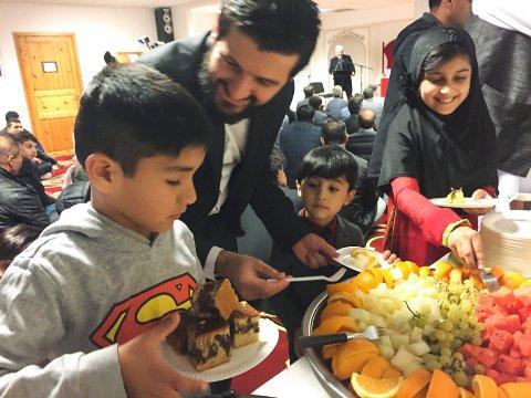 FEST: Det var kø ved kake- og fruktbordet da Islamic Knowledge Center på Muusøya åpnet i ettermiddag. Barna Hamza (f.v.), Ghufran og Abiha forsyner seg rikelig og fikk hjelp av Nangyalay Alemdar