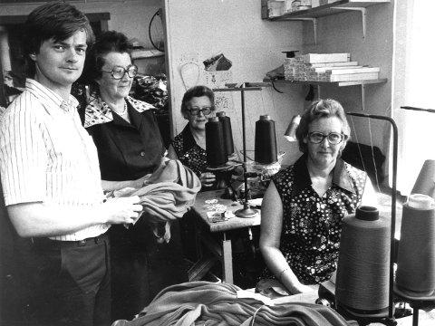 -Vi liker oss svært bra, sa damene på bildet, Ruth Juvet (f.h.), Bjørg Kaasa og Bergljot Karlsen, som hadde hatt sin arbeidplass på strømpefabrikken i 37 år.
