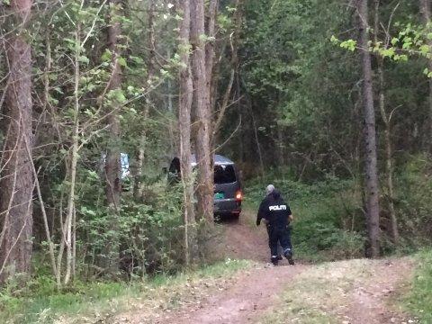 Bilen fra begravelsesbyrået på vei inn i skogen.